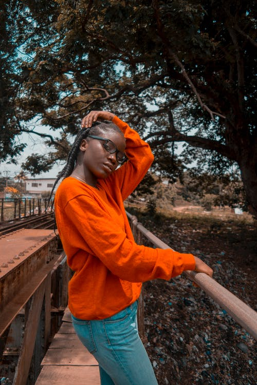 Người Phụ Nữ Mặc áo Len Màu Cam