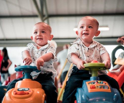 Fotos de stock gratuitas de adorable, bebés, carros de juguete, chavales