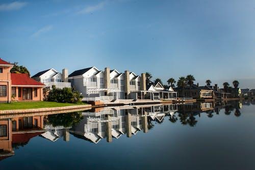 Foto d'estoc gratuïta de aigües vora, apartaments, pisos, vida al mar