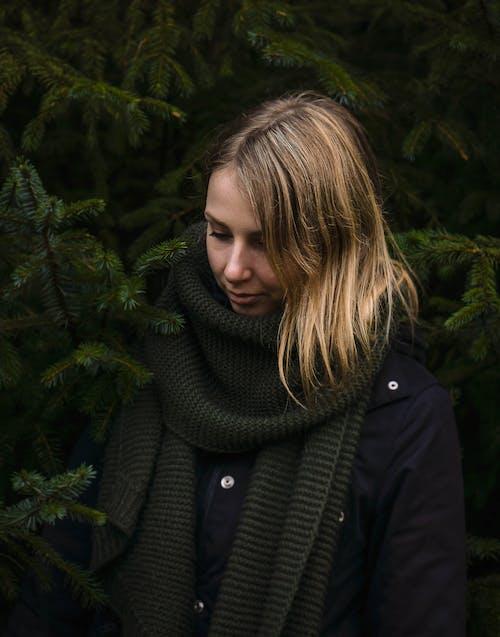 Photos gratuites de à la mode, adulte, bois, écharpe