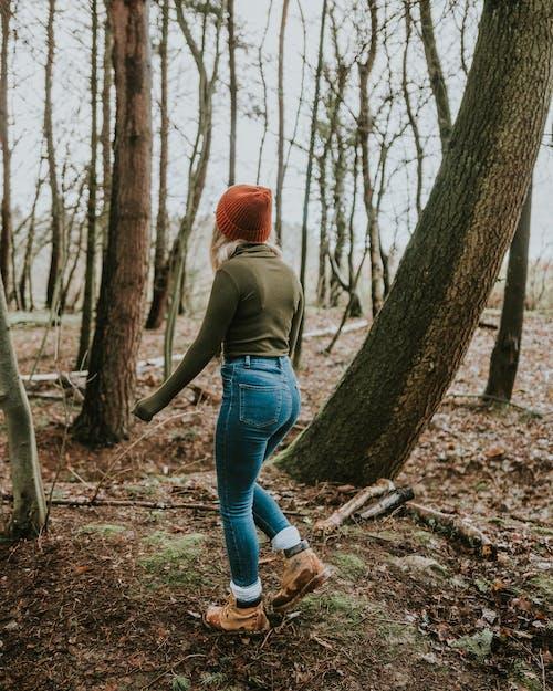 Бесплатное стоковое фото с вид сзади, деревья, джинсы, древесная кора