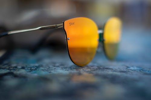 Kacamata Bingkai Kuning Di Permukaan Abu Abu