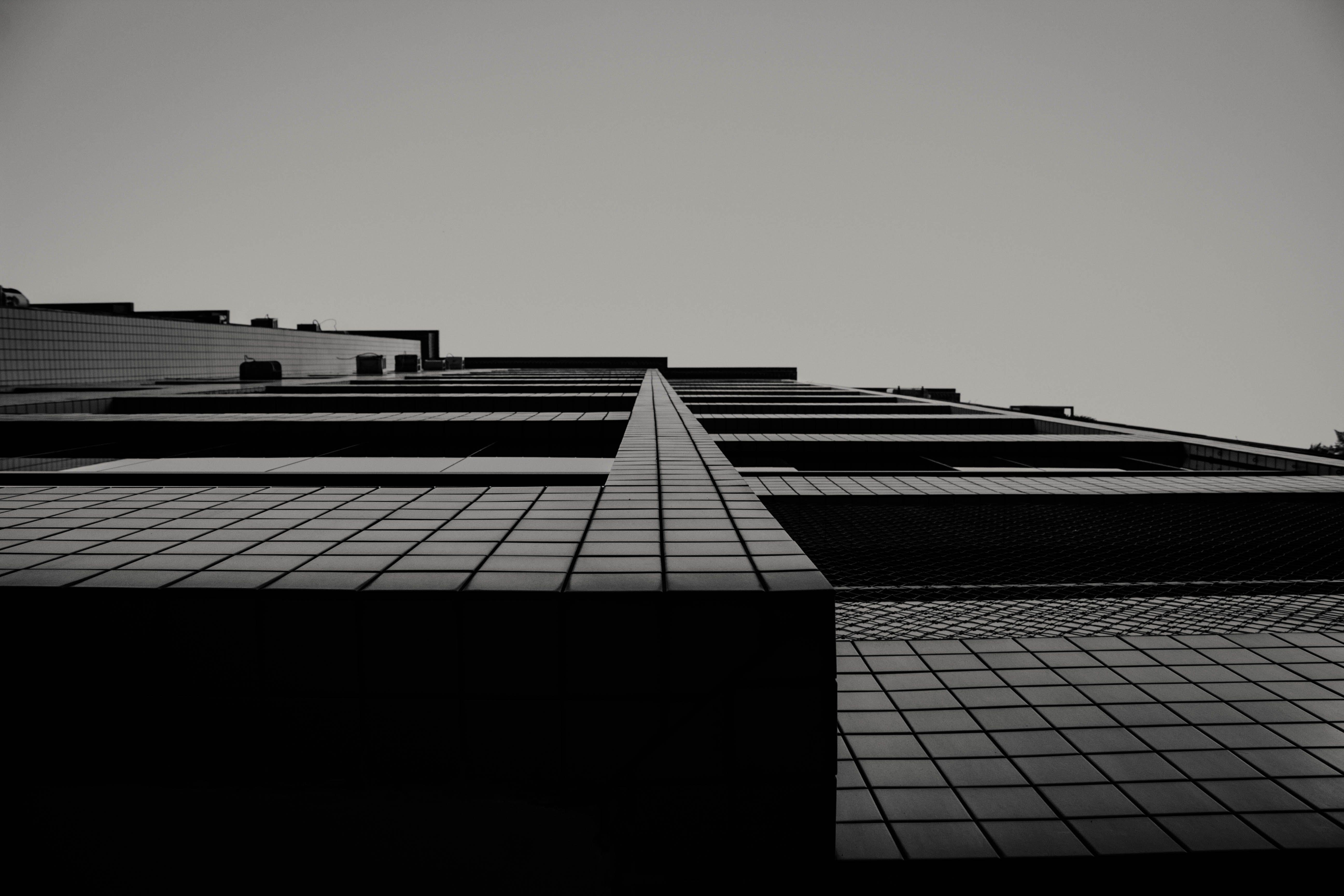 คลังภาพถ่ายฟรี ของ ขาวดำ, ท้องฟ้า, ภาพถ่ายมุมต่ำ, ภายนอกอาคาร
