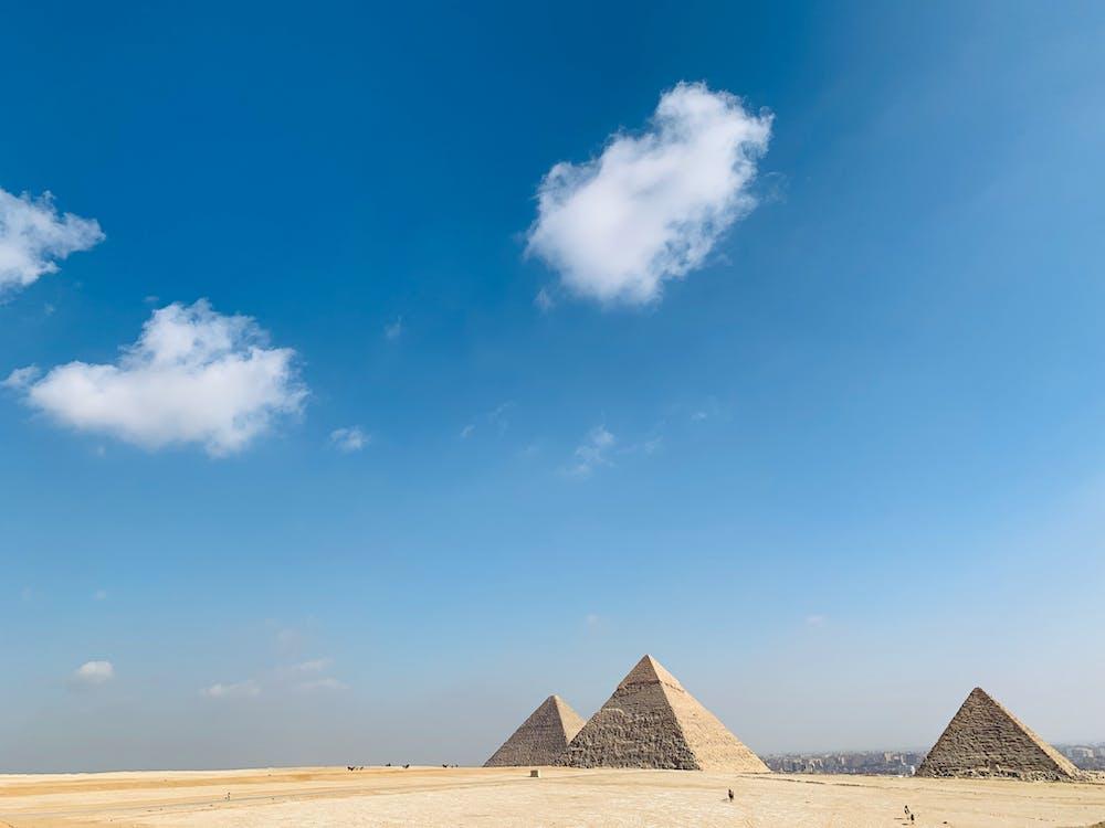 Drei Große Pyramide Unter Dem Blauen Himmel