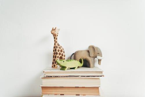 本の茶色のキリンの置物
