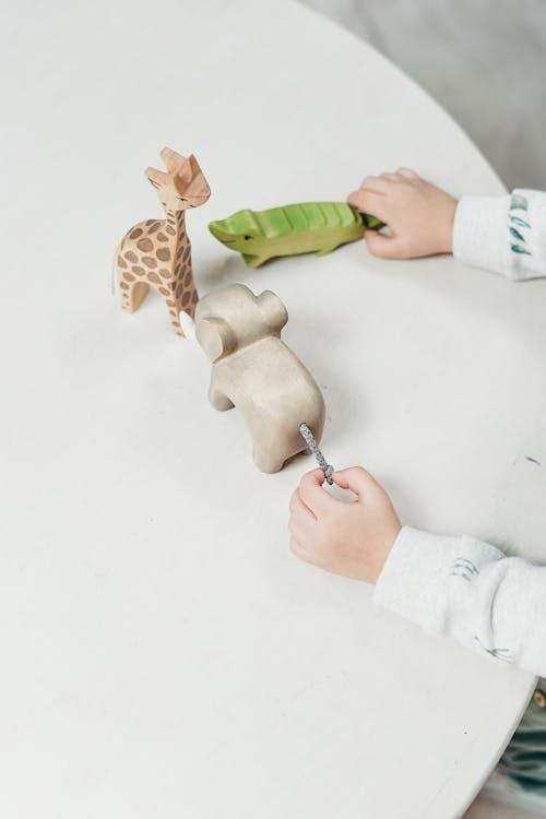 Kind Dat Houten Dierlijk Speelgoed Houdt