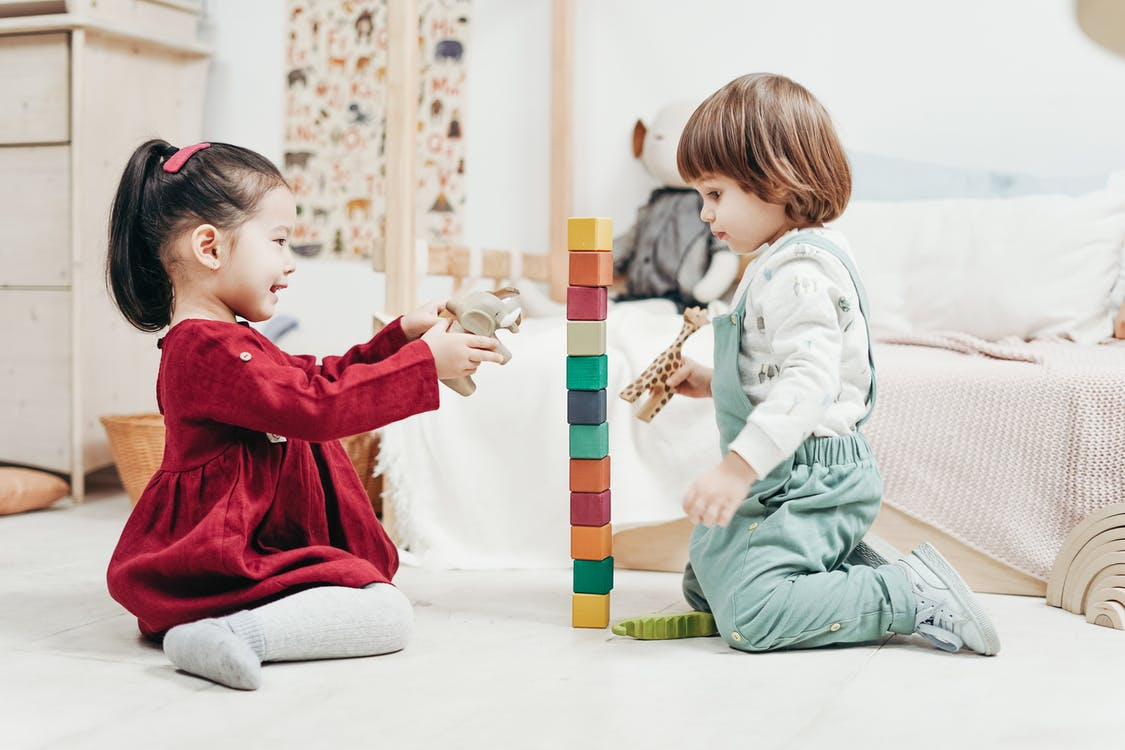 Бесплатное стоковое фото с Азиатский ребенок, в помещении, веселье