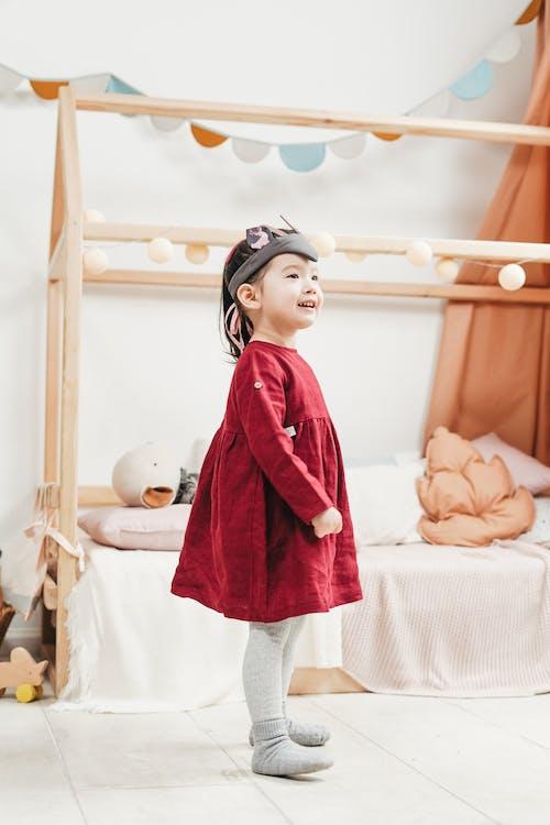 Бесплатное стоковое фото с Азиатский ребенок, в помещении, веселье, выражение лица