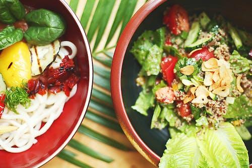 Gemüsesalat In Der Roten Keramikschale