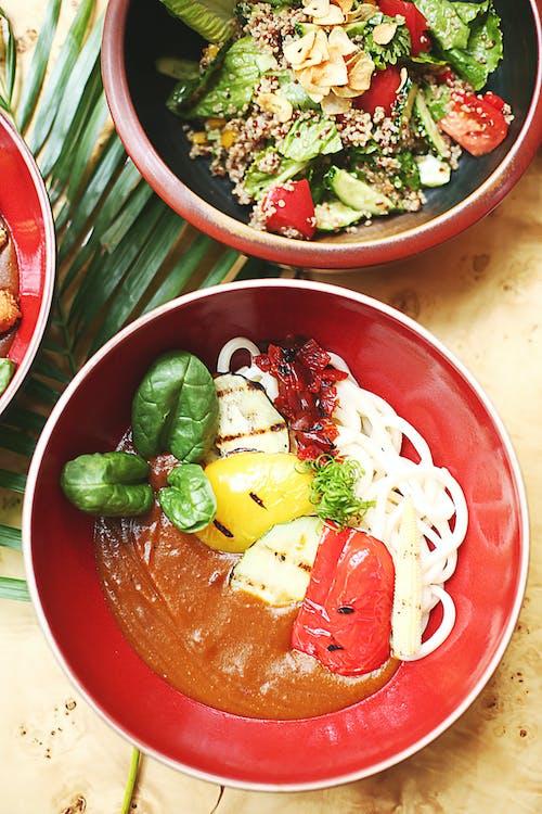 紅色陶瓷碗上的各種菜餚