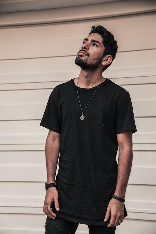Základová fotografie zdarma na téma bílá stěna, černá košile, džíny