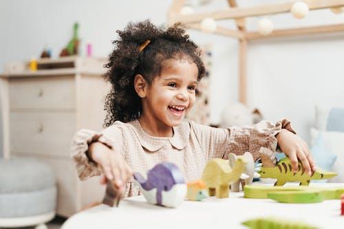 Selectieve Aandacht Foto Van Lachen Jong Meisje Spelen Met Houten Speelgoed Op Witte Tafel