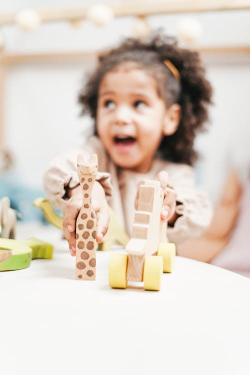 Ein Mädchen, Das Mit Ihren Spielzeugen Spielt