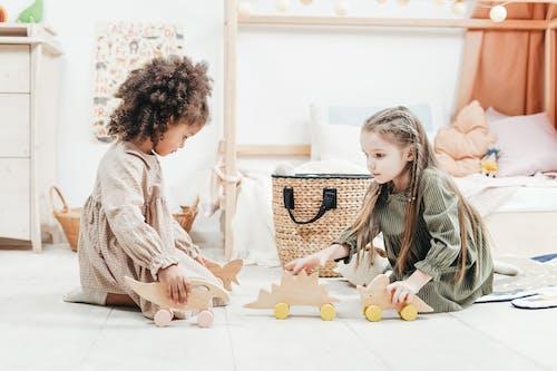 Foto Van Meisjes Spelen Met Houten Speelgoed