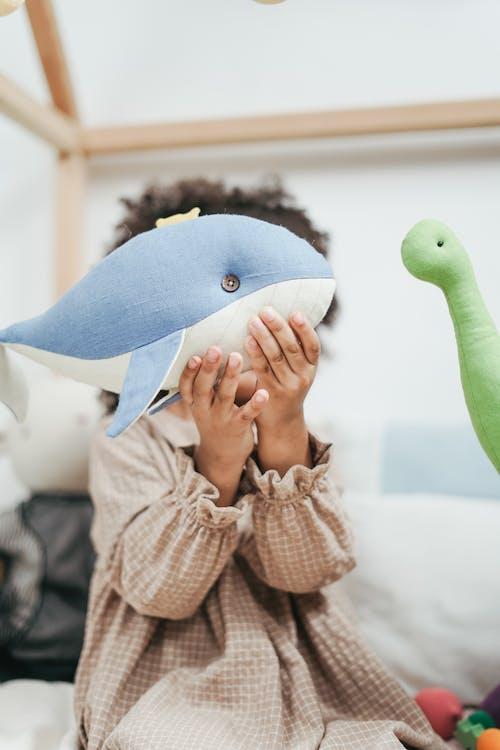 Ragazza Che Tiene Il Giocattolo Farcito Della Balena