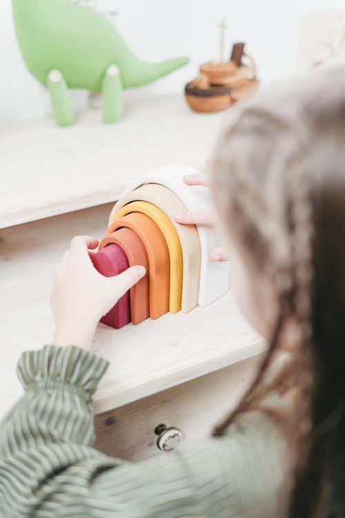 Kostenloses Stock Foto zu erholung, freizeit, hände, holzspielzeug