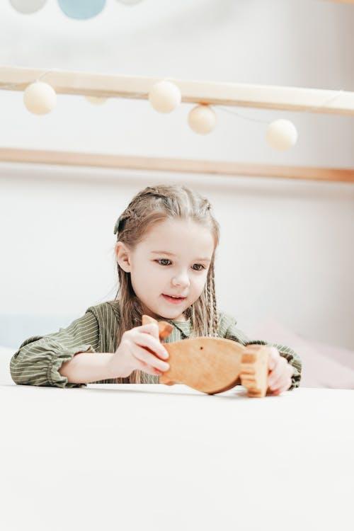 Kostnadsfri bild av ansiktsuttryck, barn, barndom, bord