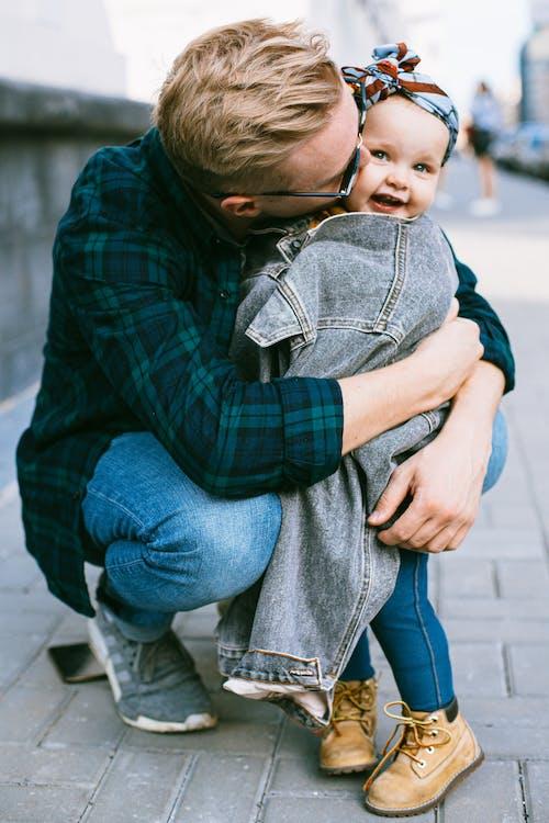Δωρεάν στοκ φωτογραφιών με casual, αγάπη, αγκαλιάζω, άνδρας