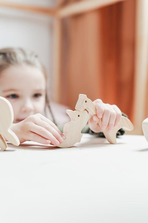 Девушка с игрушечными животными