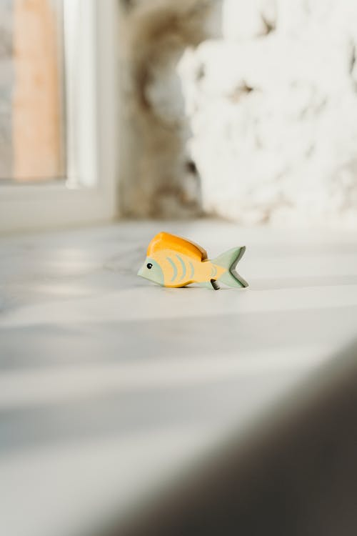 Foto Fokus Dangkal Mainan Ikan Kayu