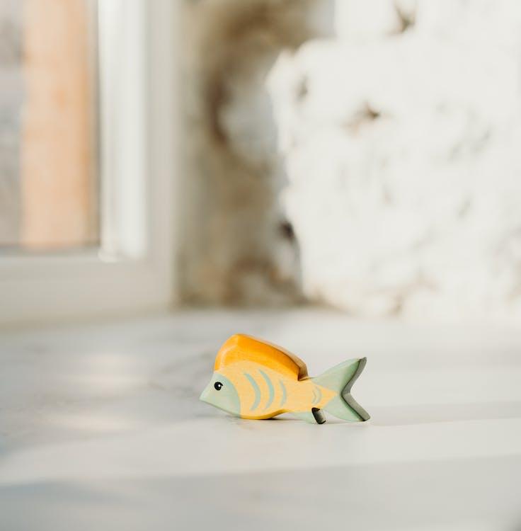 木製の魚のおもちゃの浅い焦点の写真