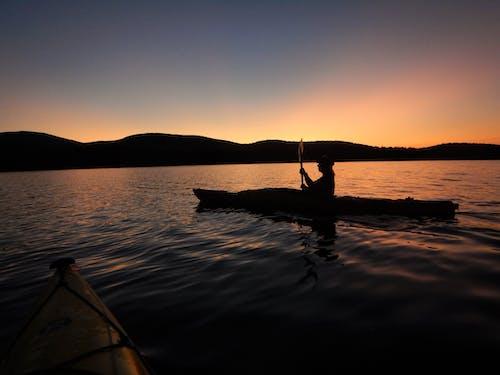 Δωρεάν στοκ φωτογραφιών με ηλιοβασίλεμα βουνά καγιάκ λίμνη