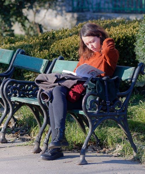 Δωρεάν στοκ φωτογραφιών με άνθρωπος, βιβλίο, γυναίκα, διαβάζω βιβλίο