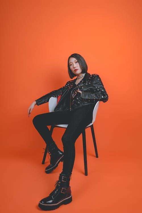 Základová fotografie zdarma na téma atraktivní, černá kožená bunda, dáma, dívání