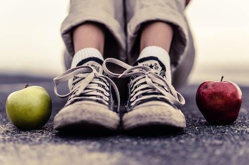 Siyah Ve Beyaz Adidas Spor Ayakkabı Giyen Kişi