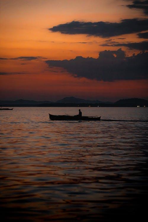 Immagine gratuita di acqua, alba, barca, crepuscolo