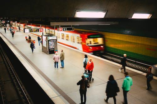Gente Caminando En La Estación De Tren