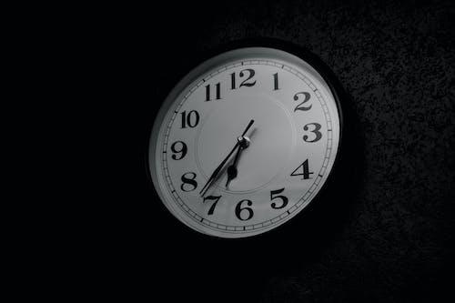 Ilmainen kuvapankkikuva tunnisteilla aika, minimalismi, mustavalkoinen