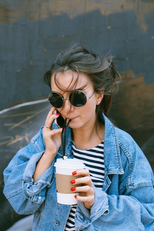 Бесплатное стоковое фото с говорить по телефону, дневной свет, женщина, мода