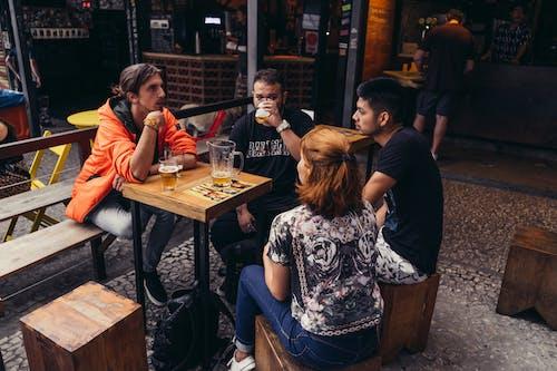 Foto profissional grátis de adultos, agrupar, bar, grupo