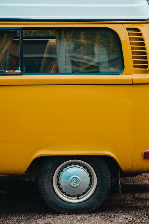 Kostenloses Stock Foto zu auto, automobil, fahrzeug, gelbes auto