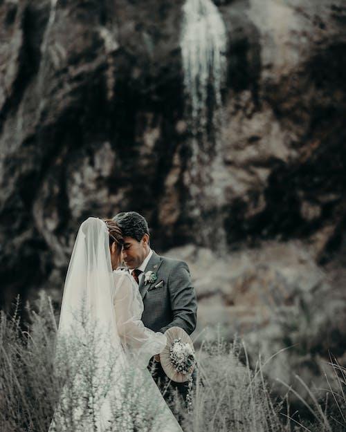 Kostenloses Stock Foto zu braut, braut und bräutigam, bräutigam, draußen