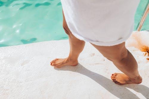 Δωρεάν στοκ φωτογραφιών με γυναίκα, διακοπές, δίπλα στην πισίνα