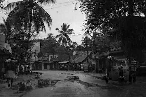 Foto d'estoc gratuïta de blanc i negre, carrer buit, després de la pluja, fons negre