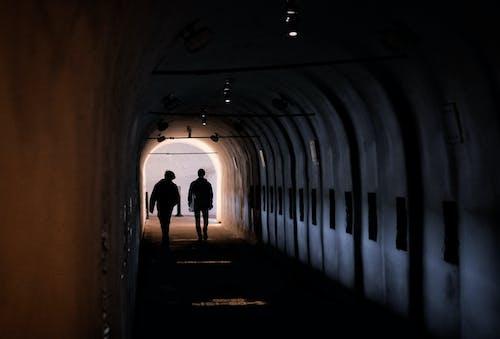 Hình Bóng Của Người đi Trên đường Hầm