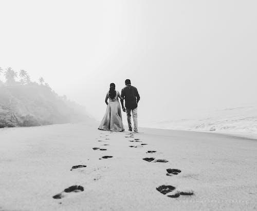 Бесплатное стоковое фото с вид сзади, влюбленные, вместе, водоем