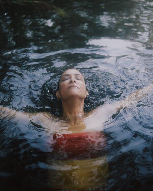 Foto d'estoc gratuïta de cos d'aigua, dona, esbarjo, imatges de l'estil de vida