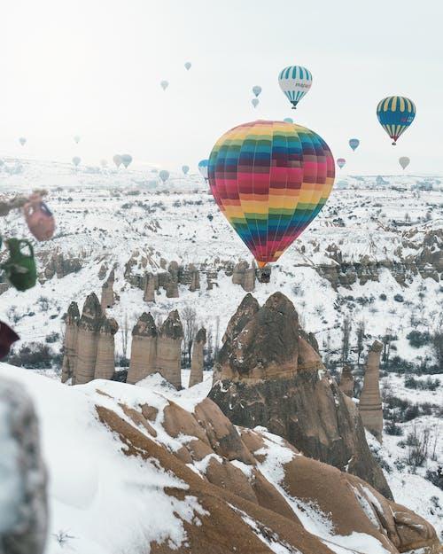 Karla Kaplı Dağ üzerinde Sıcak Hava Balonları