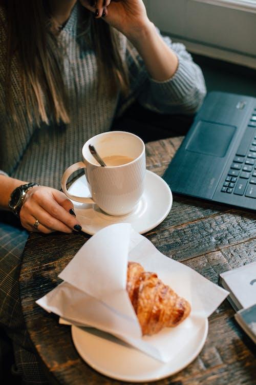 Foto stok gratis cangkir, cangkir kopi, cappuccino, croissant