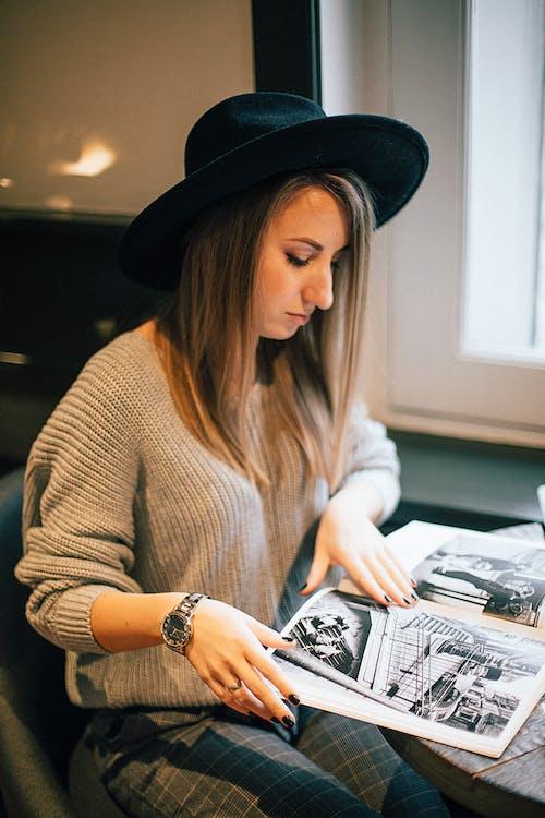 Kitap Okurken Siyah şapka Giyen Kadın