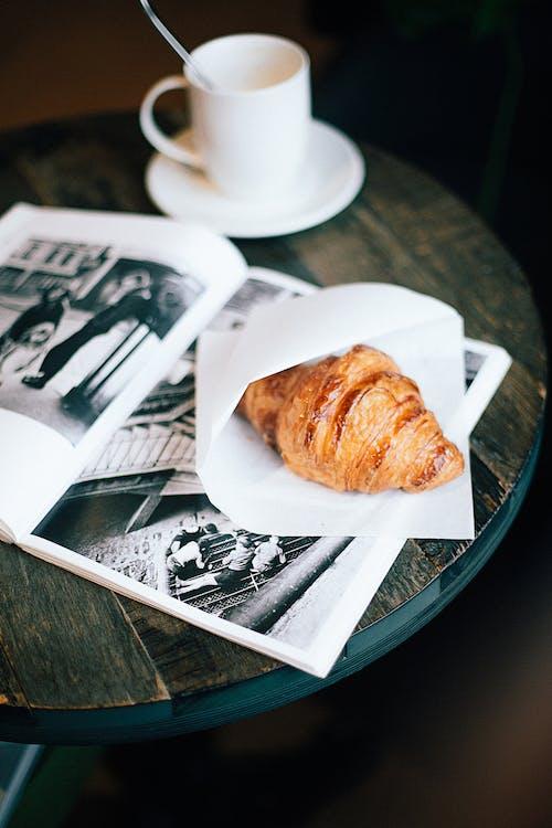 Fotobanka sbezplatnými fotkami na tému časopis, croissant, cukrársky výrobok, hrnček na kávu