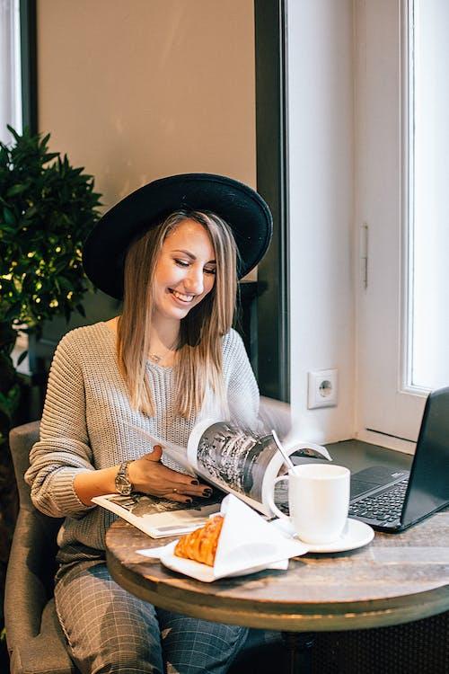 Fotobanka sbezplatnými fotkami na tému časopis, drevený stôl, hrnček, hrnček na kávu
