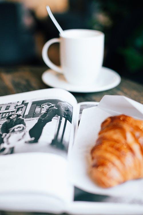 Kostenloses Stock Foto zu becher, buch, café, croissant