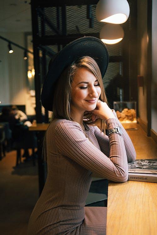 Fotobanka sbezplatnými fotkami na tému bruneta, hnedovláska, klobúk, krásna