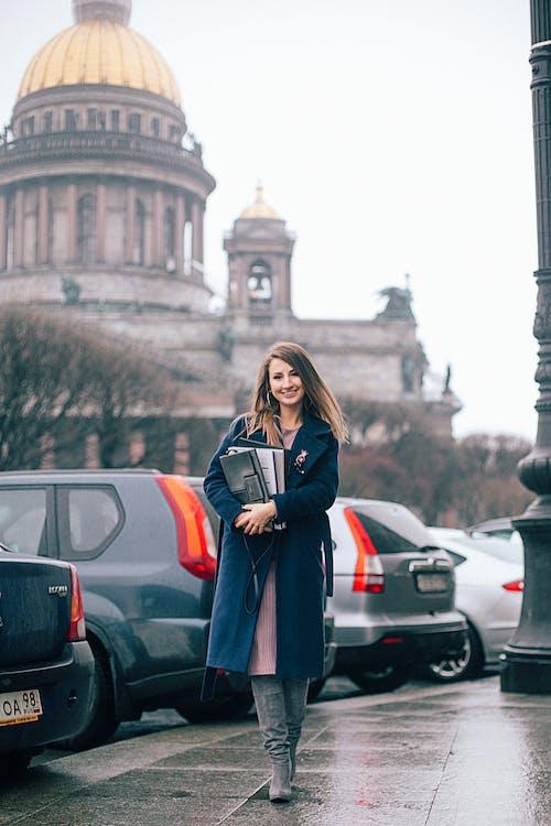 Straßenfotografie Der Frau, Die Blauen Mantel Trägt