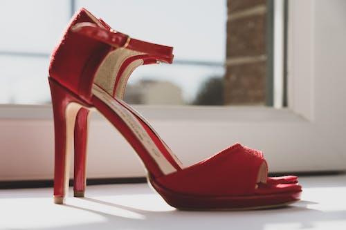 红色皮革露趾高跟凉鞋